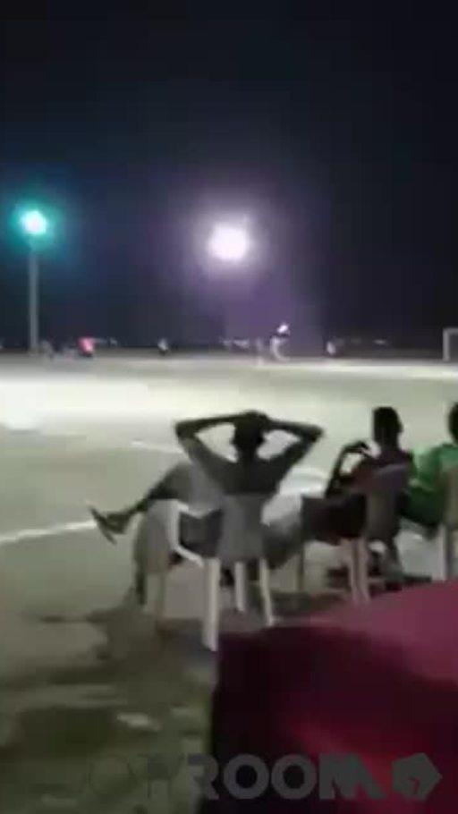 Tên lửa bay trên sân bóng Yemen