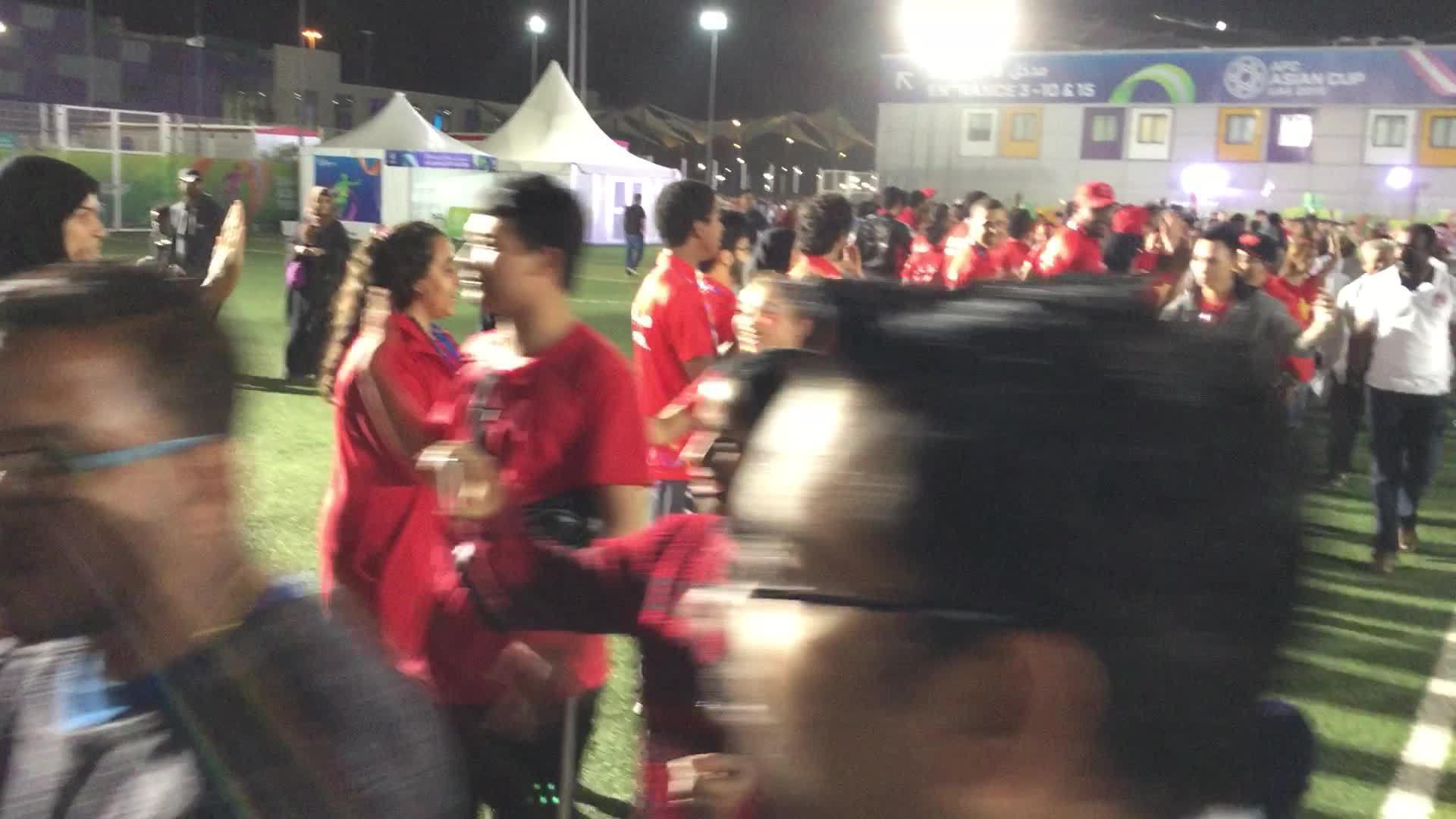 Tình nguyện viên UAE chúc mừng CĐV Việt Nam