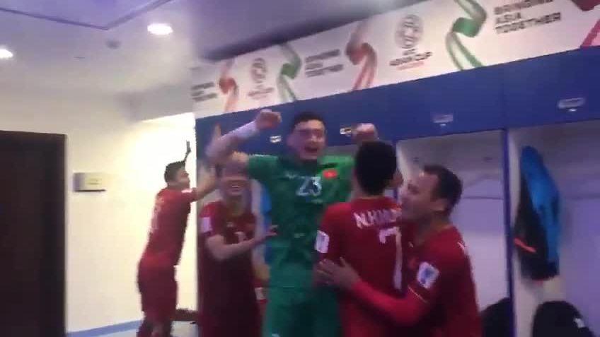 Cầu thủ Việt Nam vỗ tường mừng vào tứ kết Asian Cup