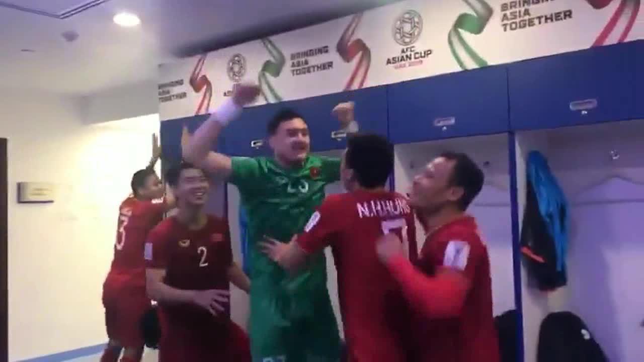 Tuyển Việt Nam mừng chiến thắng trong phòng thay đồ
