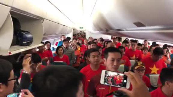 CĐV Việt Nam trên máy bay đến UAE cổ vũ đội tuyển