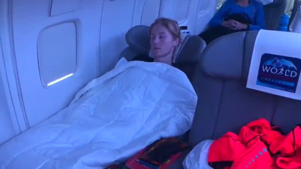 Susannah Gill tranh thủ ngủ trên đường bay dự World Marathon Challenge 2019
