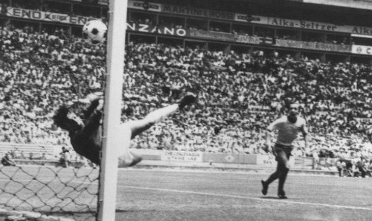 Gordon Banks thực hiện tuyệt phẩm cứu thua trước Pele năm 1970