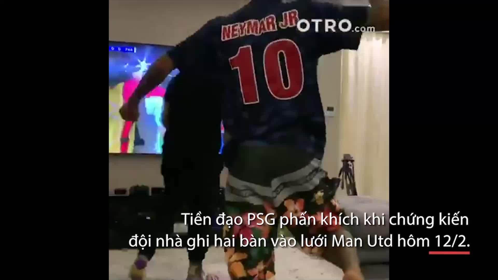 Neymar phấn khích khi đội nhà ghi bàn