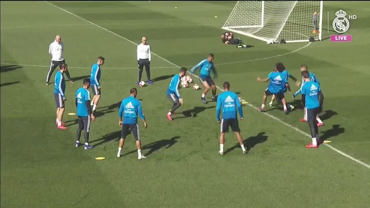 Zidane và các học trò Real Madrid vui vẻ trên sân tập