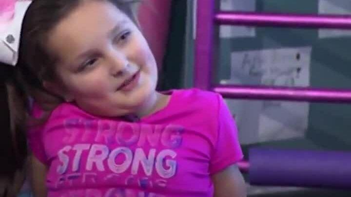 Bé gái 8 tuổi nhảy với chân giả