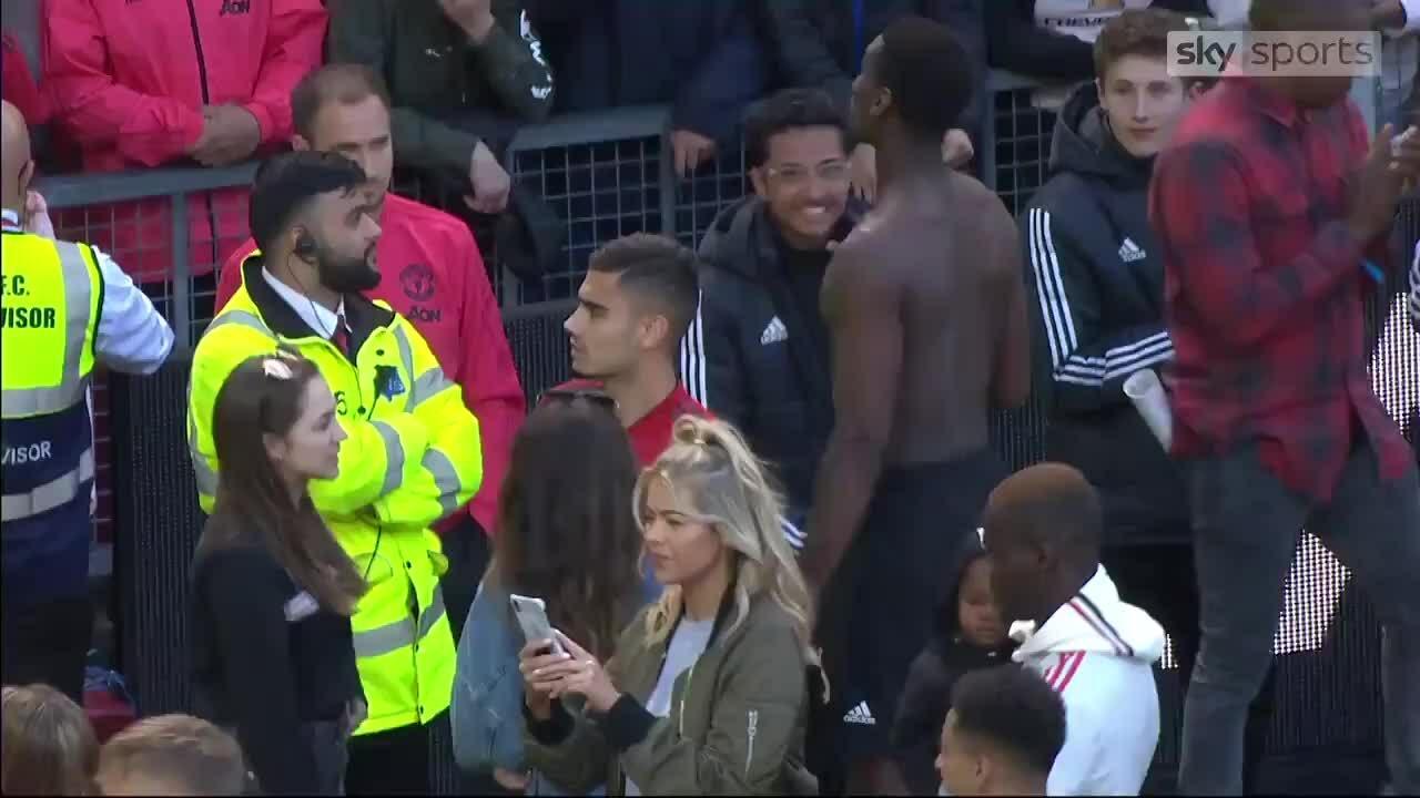 CĐV sỉ vả Pogba ngay tại Old Trafford