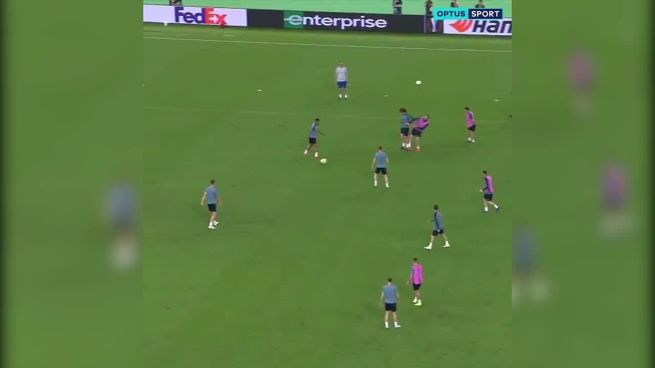 David Luiz thúc cùi trỏ vào mặt Higuain