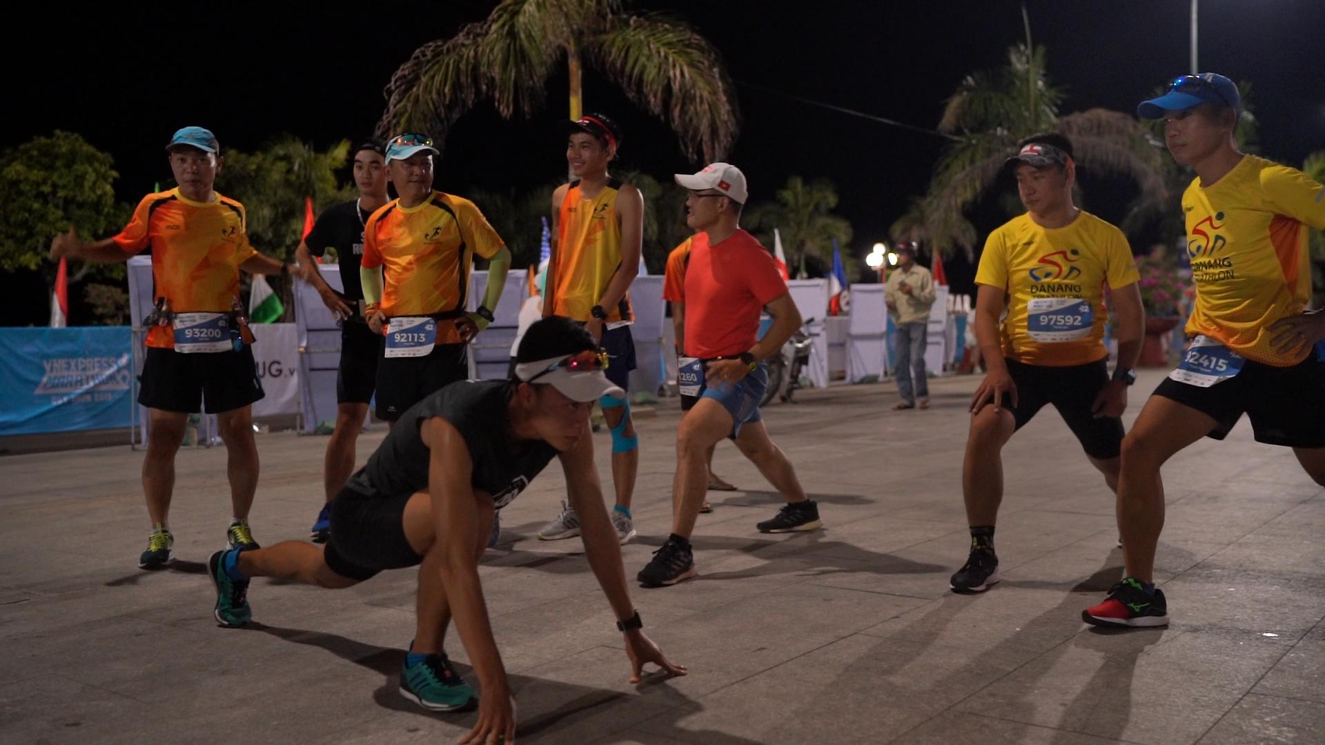 Vận động viên tham gia Vnexpress Marathon khởi động trước khi chạy