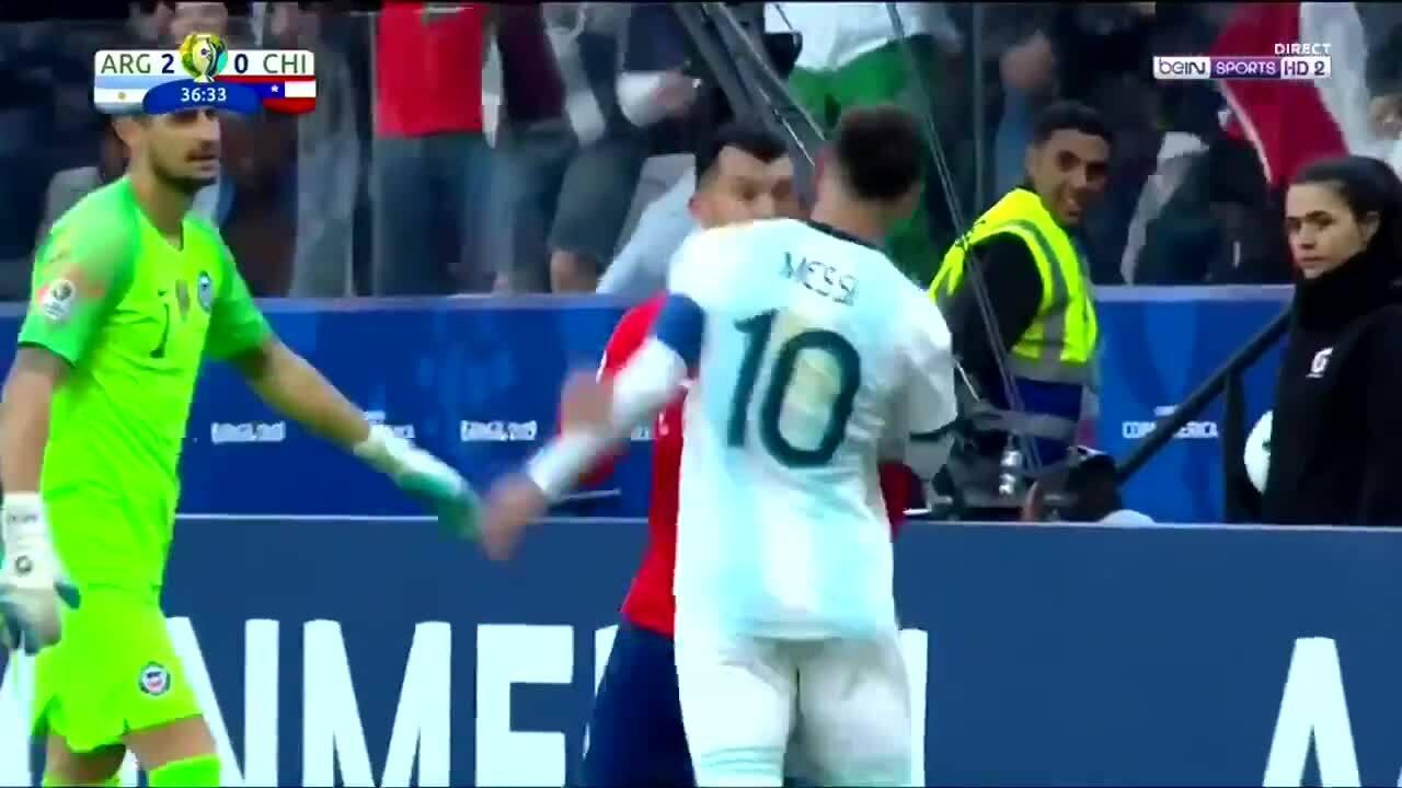 Messi nhận thẻ đỏ vì chạm ngực Gary Medel