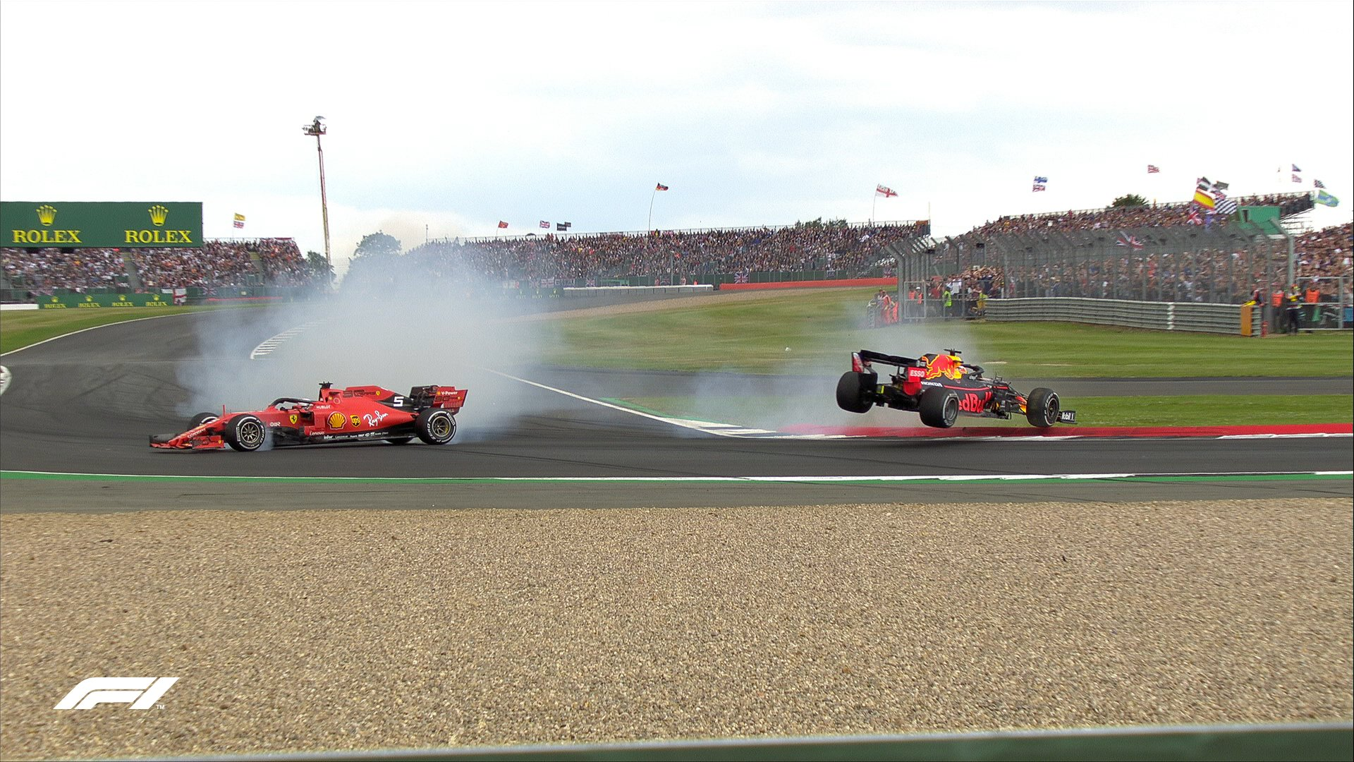Verstappen va chạm với Vettel trên đường đua Silverstone