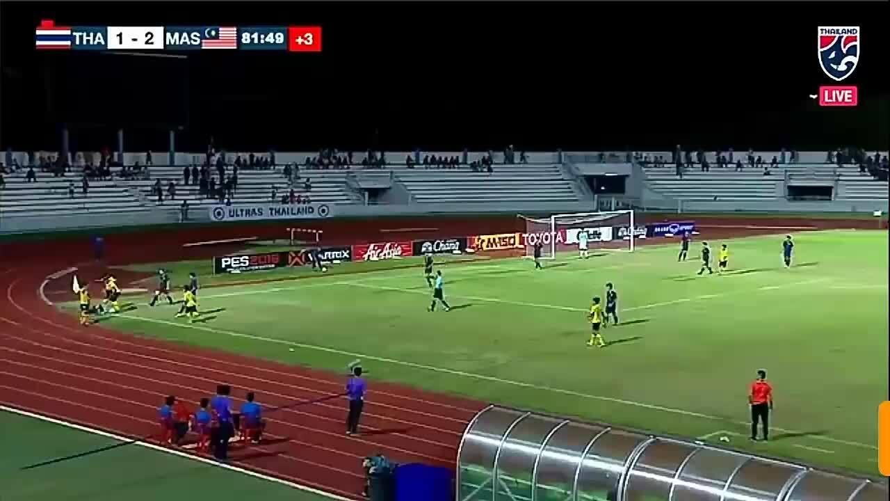 Cầu thủ U15 Thái Lan đấm vào mặt đối phương