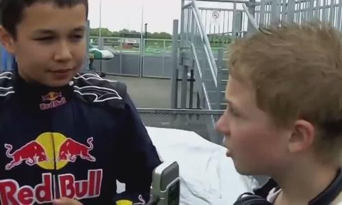 Cậu bé Alexander Albon đua xe