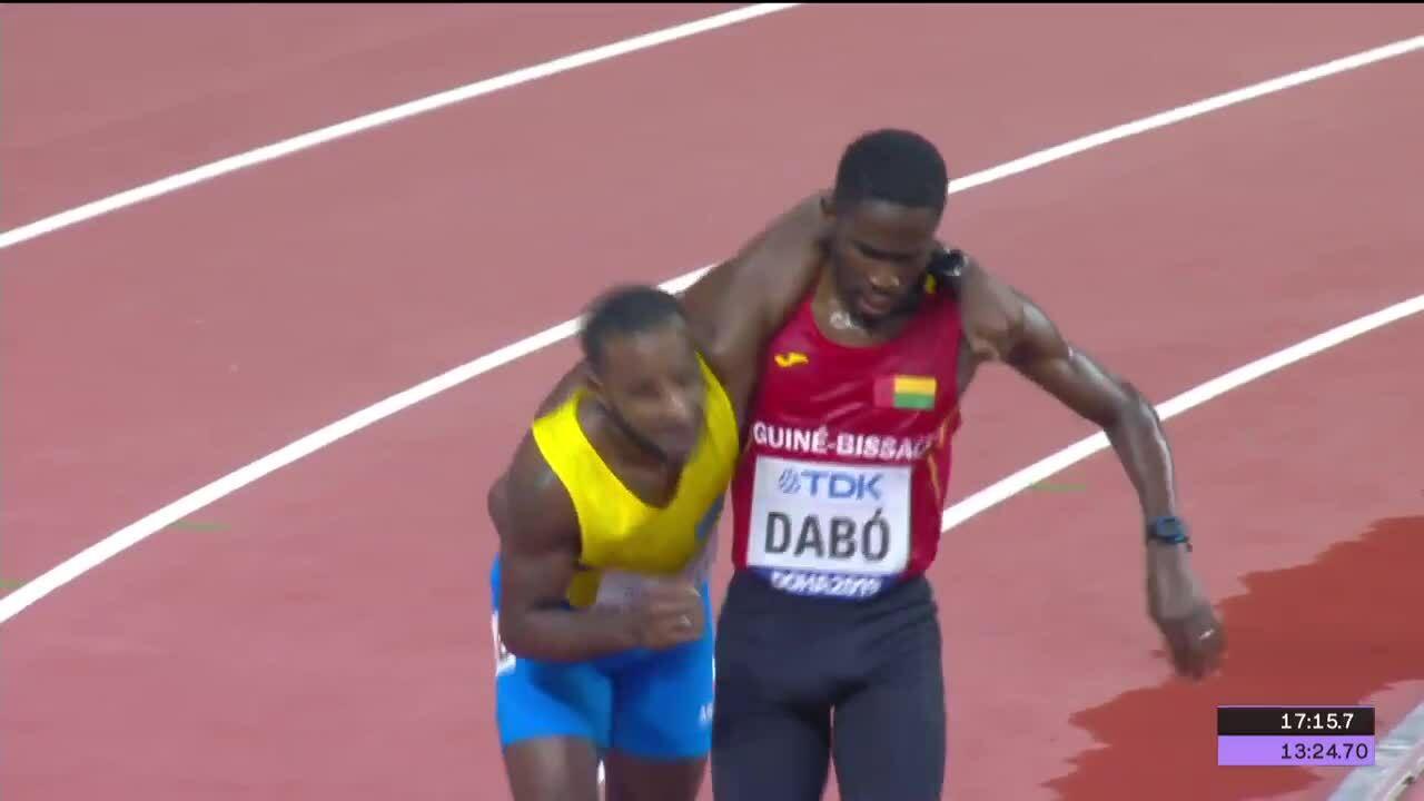 VĐV dìu đối thủ về đích trên đường chạy 5.000 mét giải VĐTG