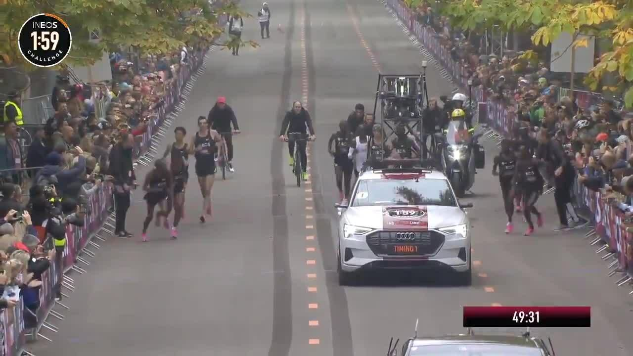 Các pacer vào thay người trên đường chạy hỗ trợ Kipchoge
