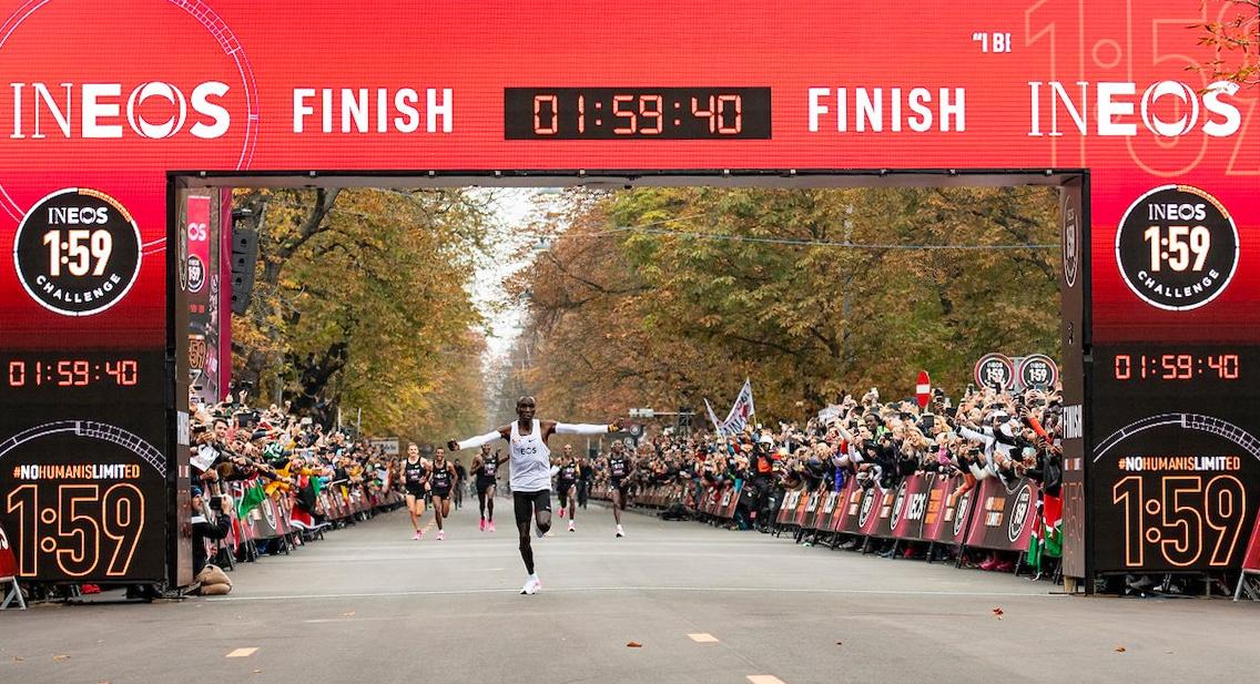 Kipchoge về đích, chinh phục thành công marathon sub2