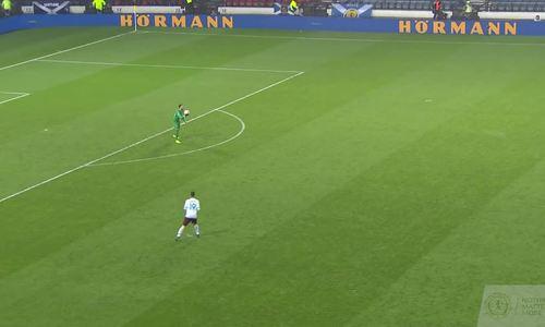 Thủ môn mắc sai lầm khiến đội nhà nhận bàn thua