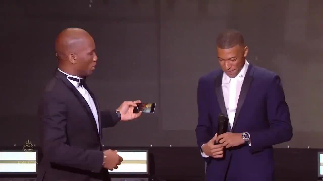 Mbappe chụp ảnh tự sướng trên sân khấu trao giải QBV