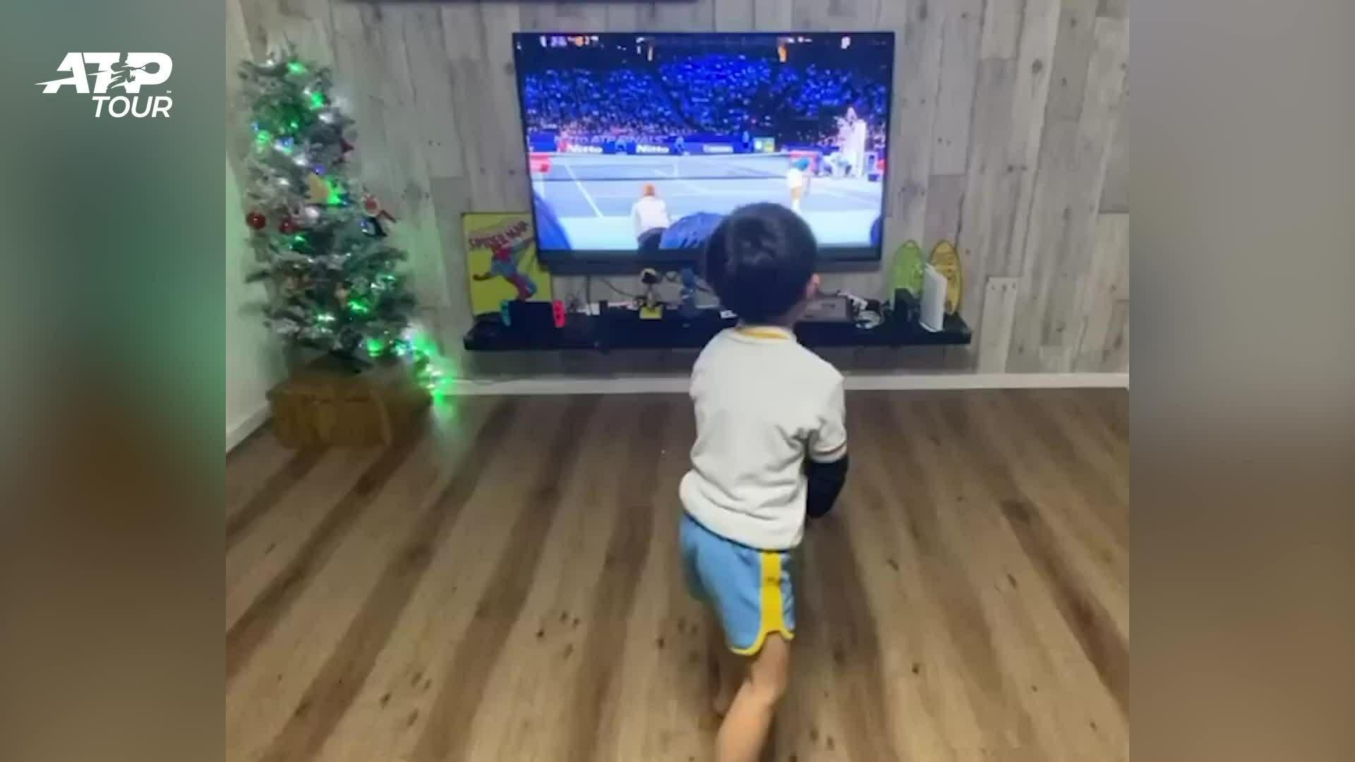 Cậu bé 6 tuổi bắt chước Roger Federer