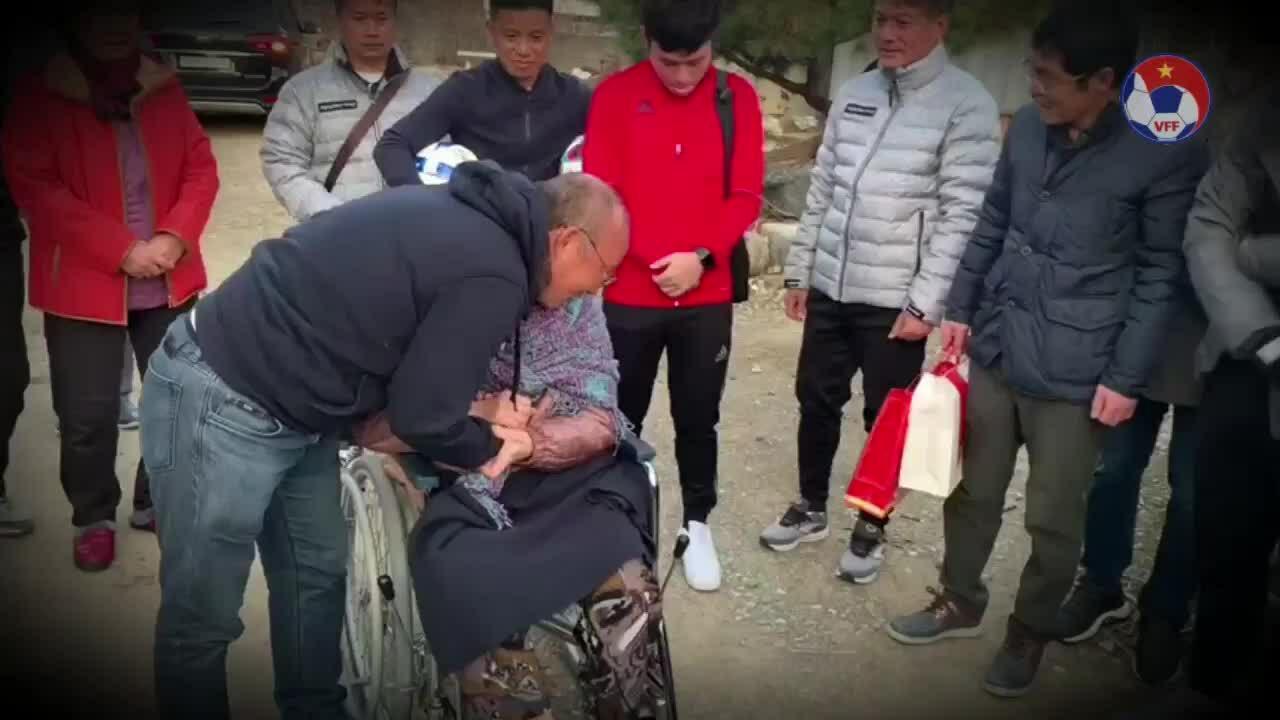 HLV Park Hang Seo rơi nước mắt khi gặp lại mẹ