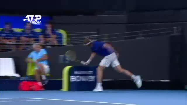 Stefanos Tsitsipas đập vợt trúng người bố