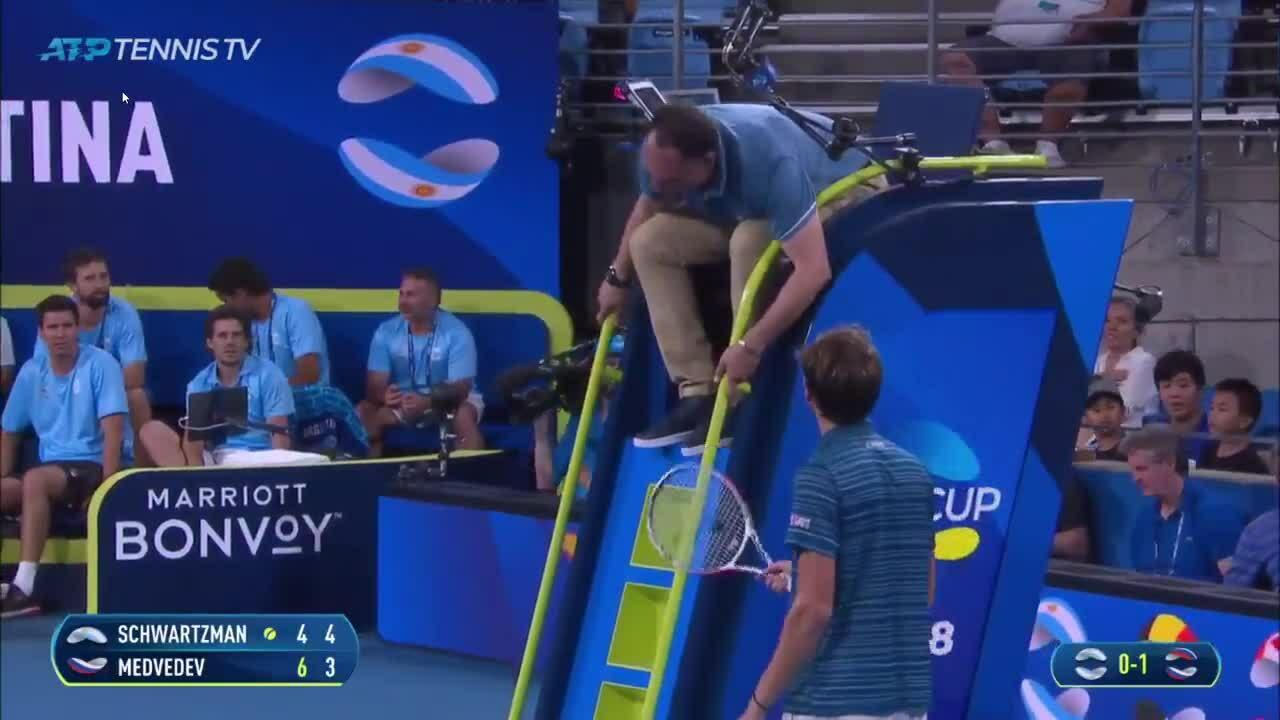 Medvedev đập vợt vào ghế trọng tài