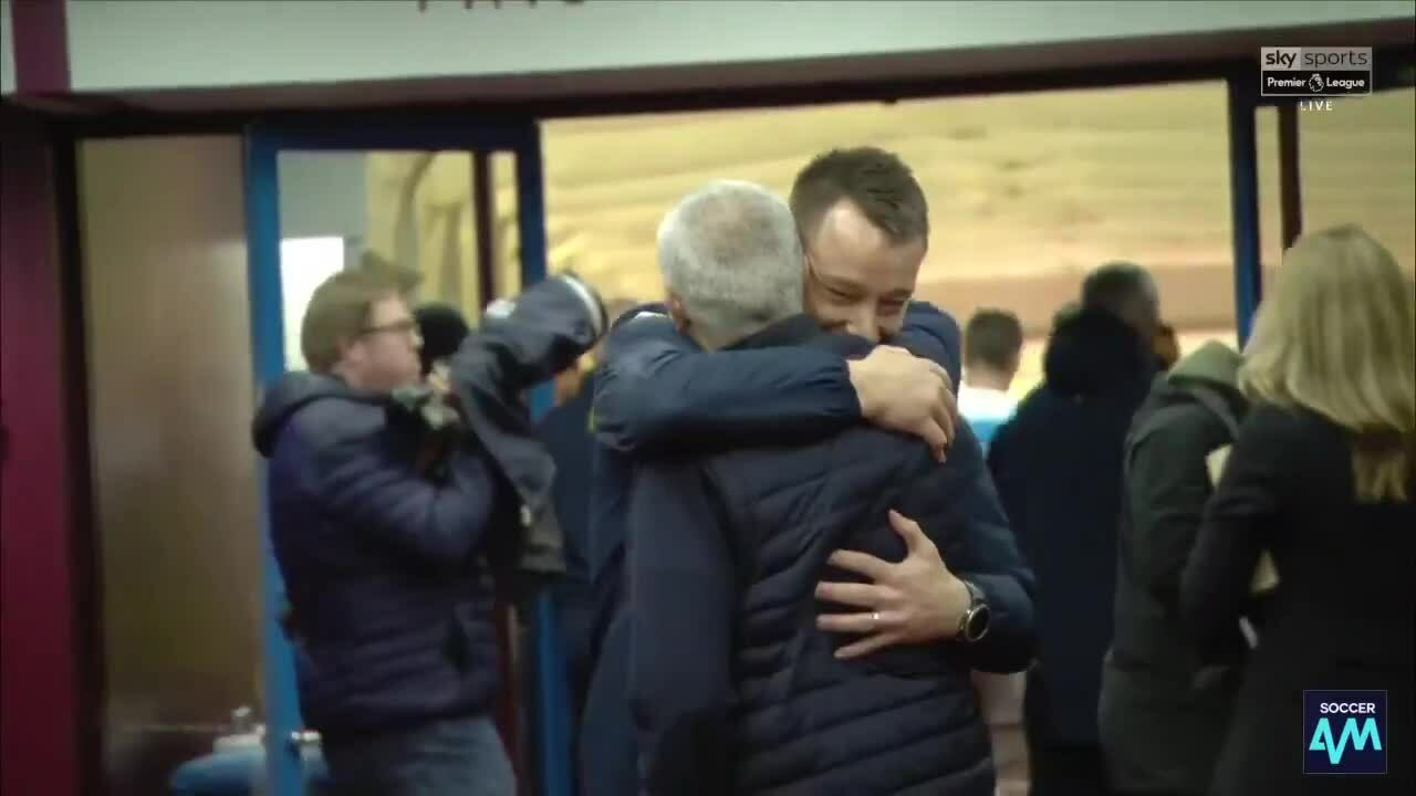 Mourinho và Terry ôm nhau