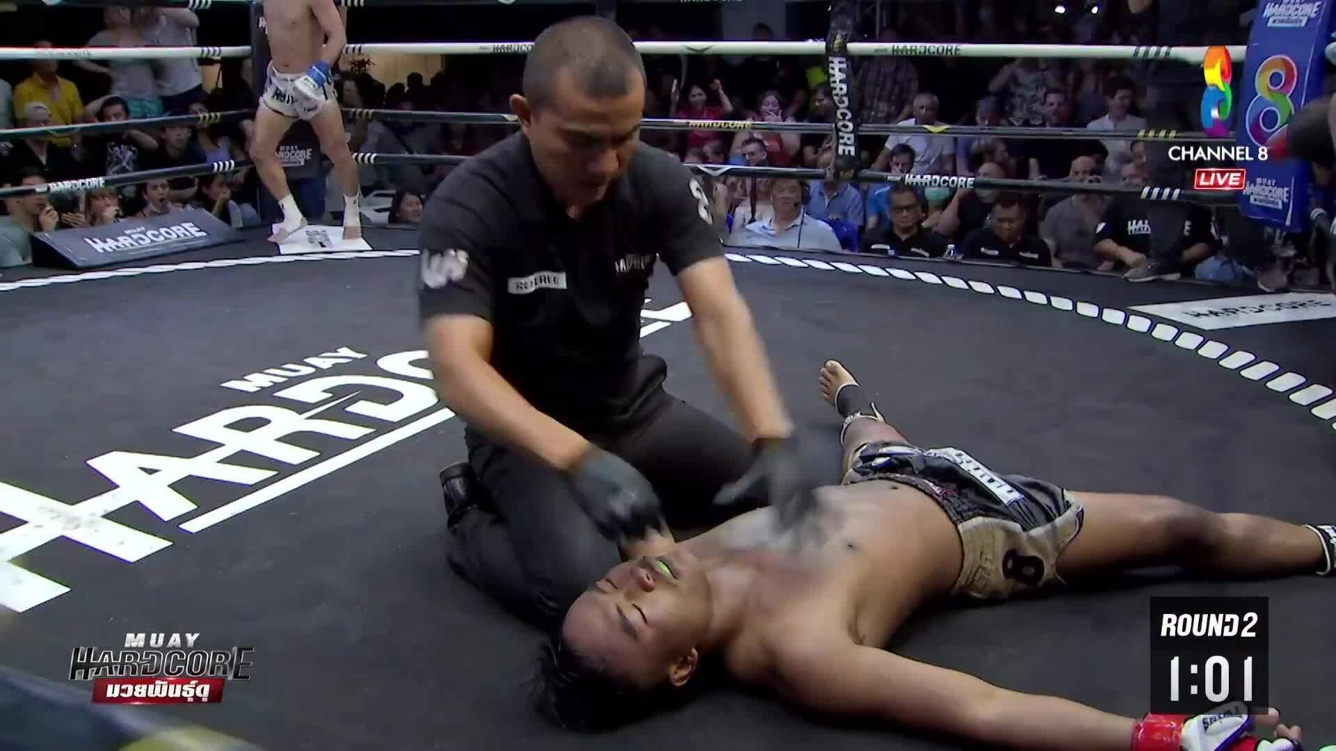 Trọng tày đỡ tay đẫm sau cú KO