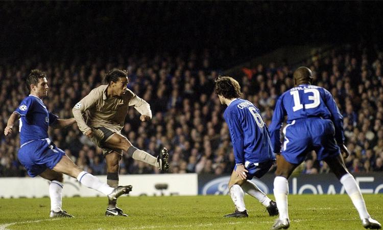 Tuyệt phẩm của Ronaldinho ở Stamford Bridge