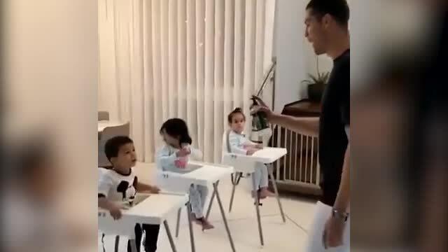 Ronaldo hướng dẫn con rửa tay