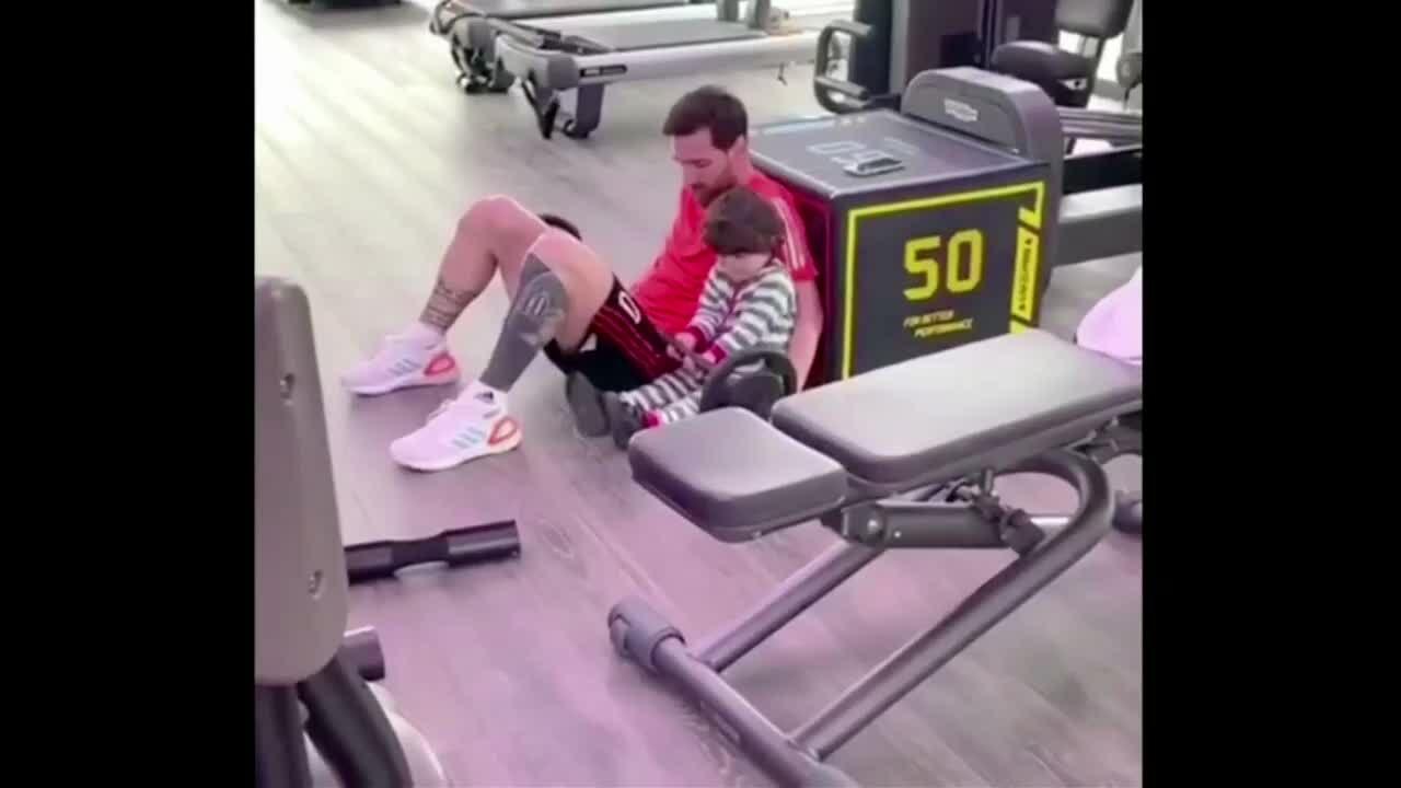 Messi luyện tập thể lựccùng con út Ciro