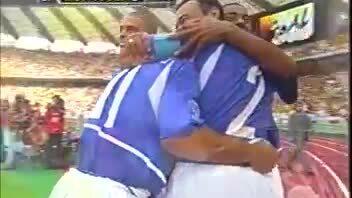 Ronaldinho đá phạt vào lưới tuyển Anh