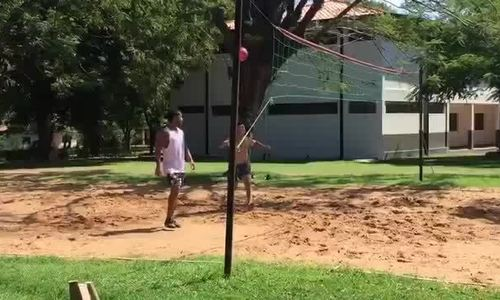 Ronaldinho chơi bóng chuyền trong tù