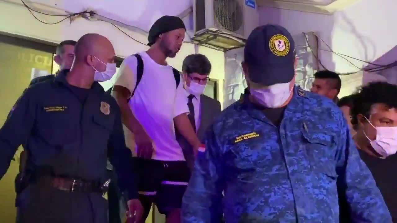 Ronaldinho rời nhà tù ở Asuncion