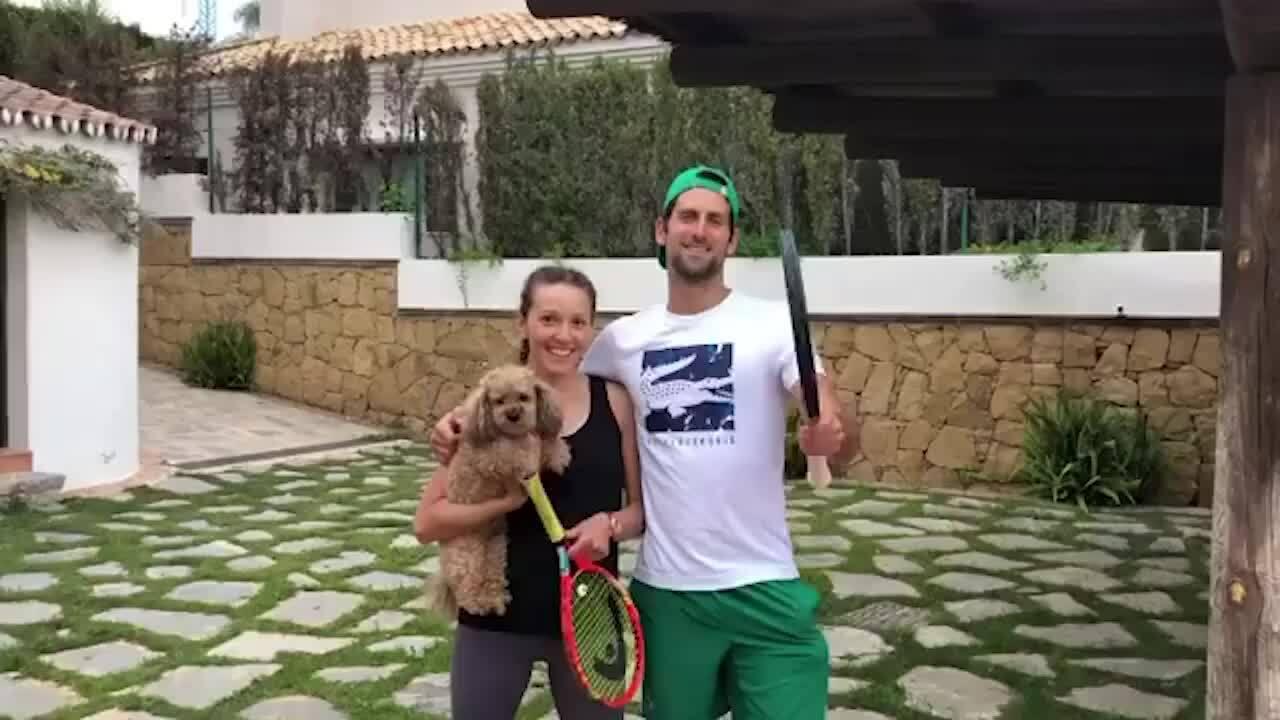 Djokovic cùng vợt luyện tập tại nhà