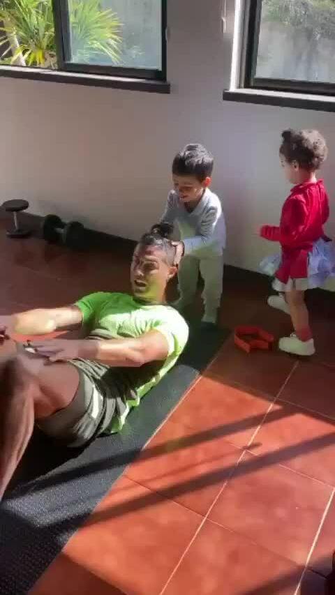 Ronaldo dùng con làm tạ