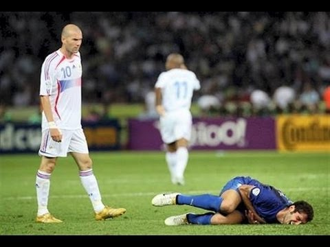 Zidane húc đầu Materazzi năm 2006