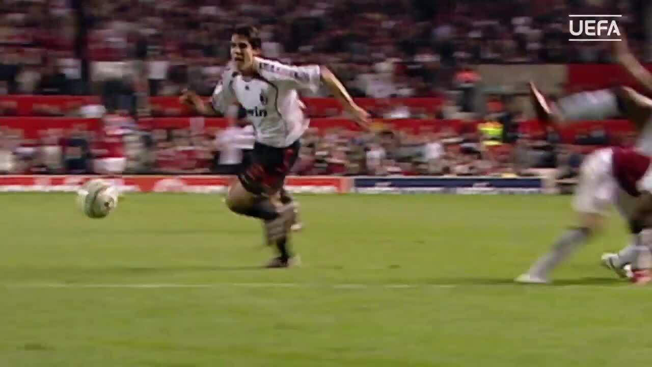 Kaka ghi bàn vào lưới Man Utd năm 2007