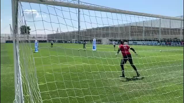 Ronaldo luyện khả năng sút xa chuẩn bị ngày Serie A trở lại