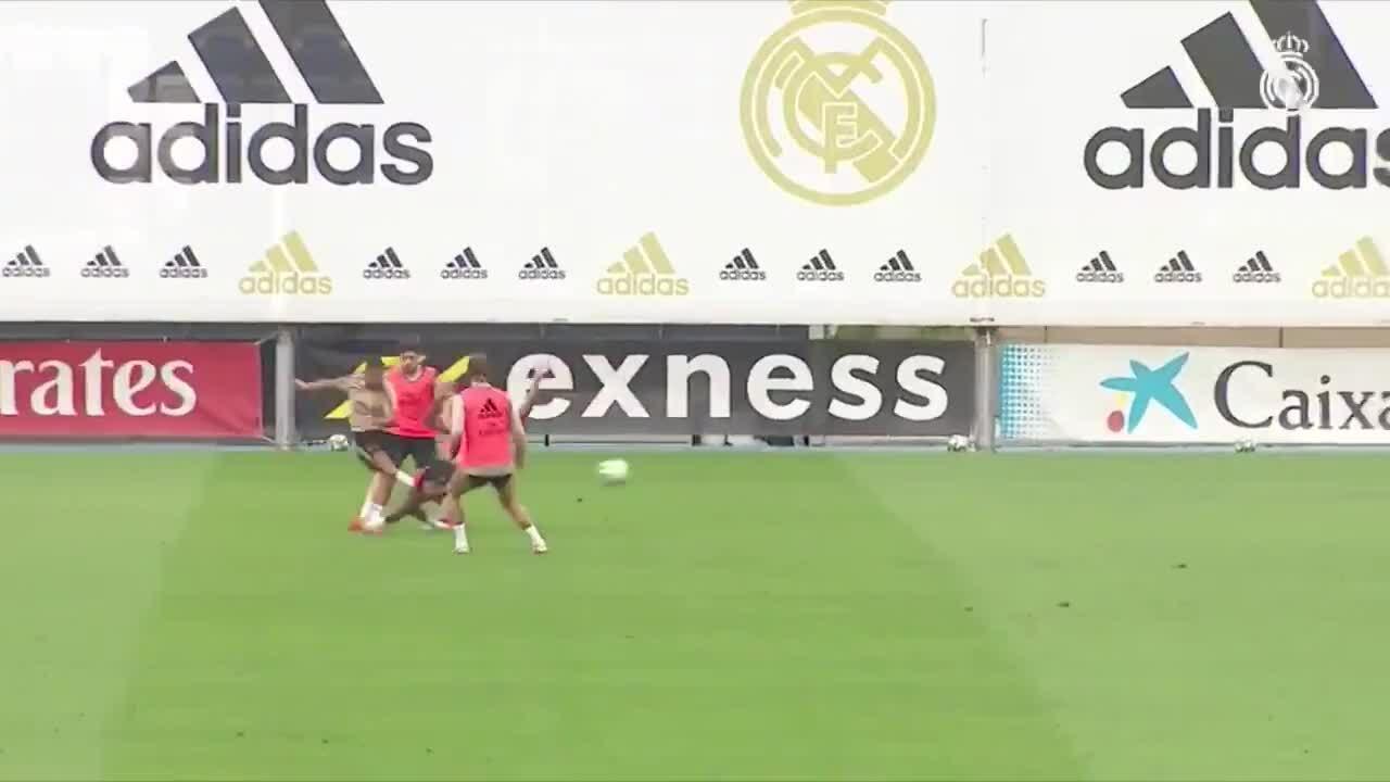 Hazard lập hat-trick trên sân tập