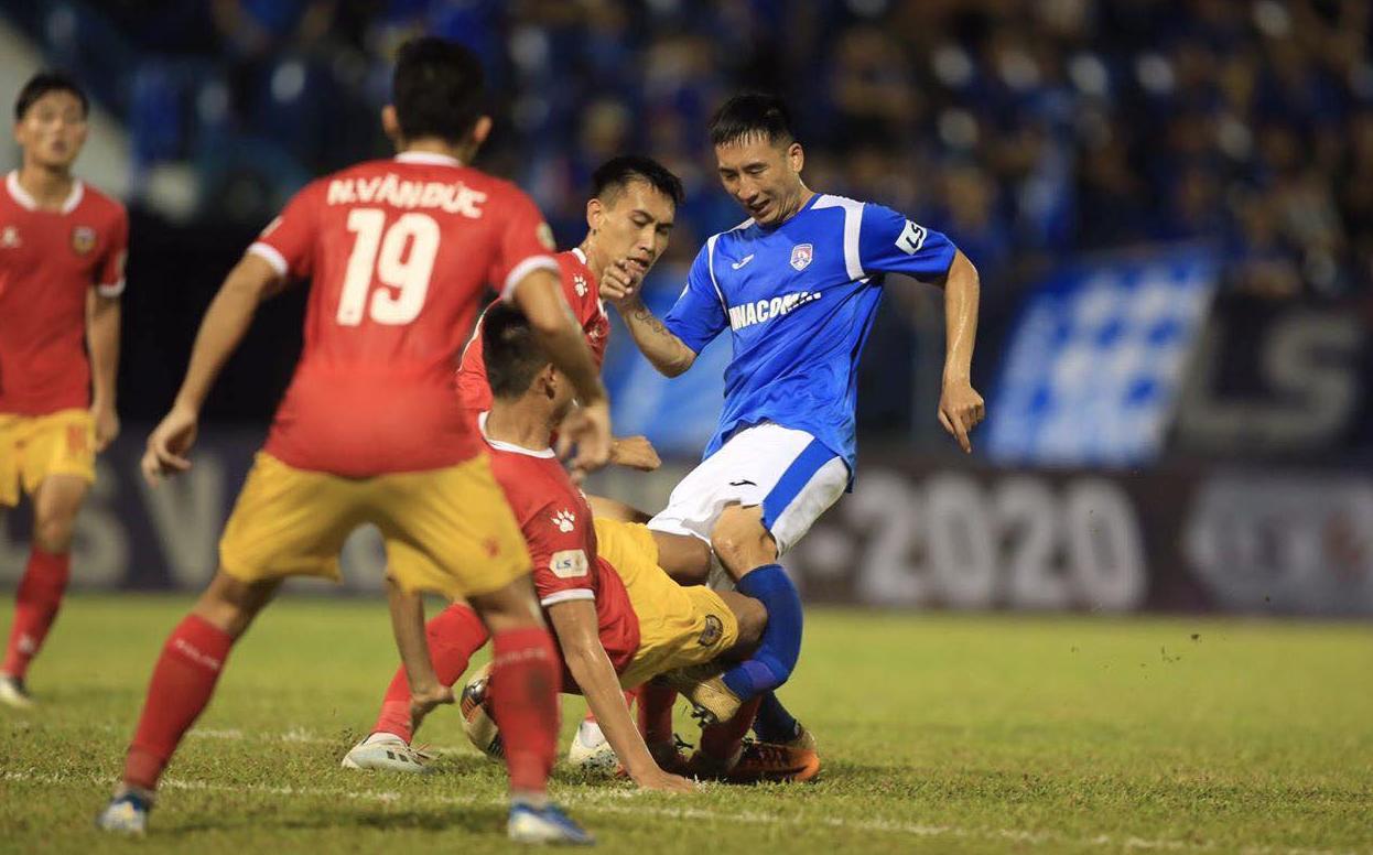 Va chạm khiến cầu thủ Quảng Ninh gãy chân
