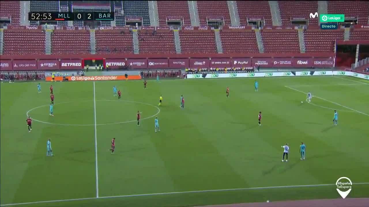 La Liga kiện CĐVchạy vào sân'tự sướng' trong trận Barca