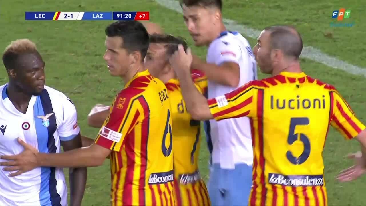 Cầu thủ của Lazio cắn vào vai đối thủ
