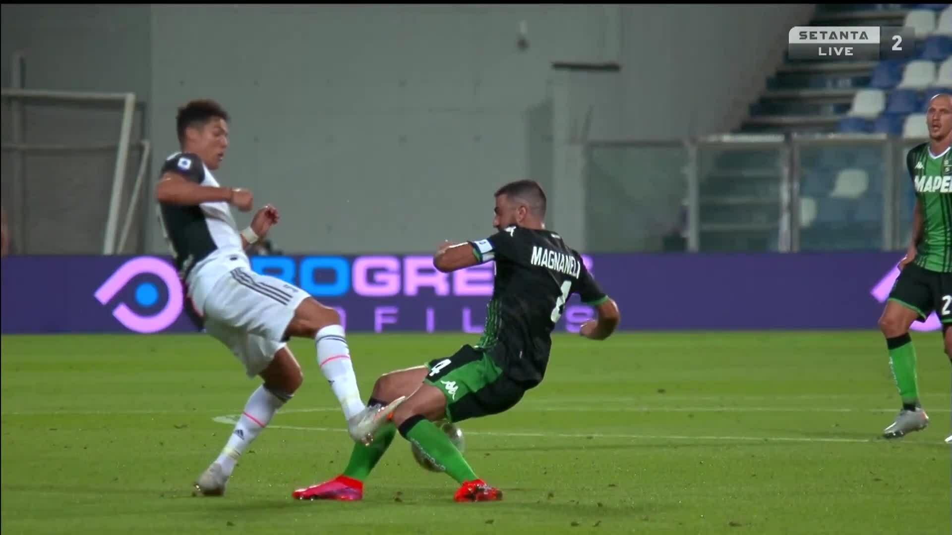 Ronaldo nhận thẻ vàng vì phạm lỗi với Magnanelli