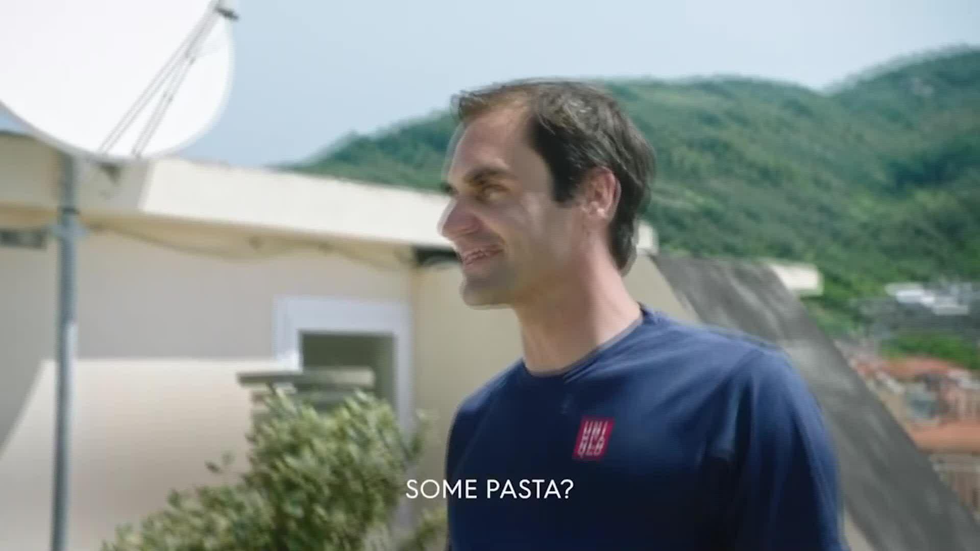 Federer đọ tài trên mái nhà cùng hai bé gái