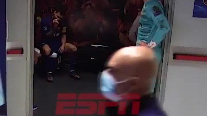 Messi cúi gầm mặt