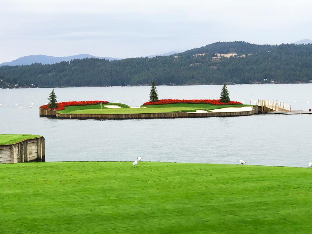 Hố golf giữa lòng hồ