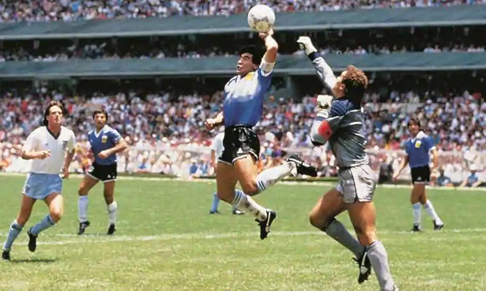 """Maradona ghi bàn bằng """"Bàn tay của Chúa"""""""