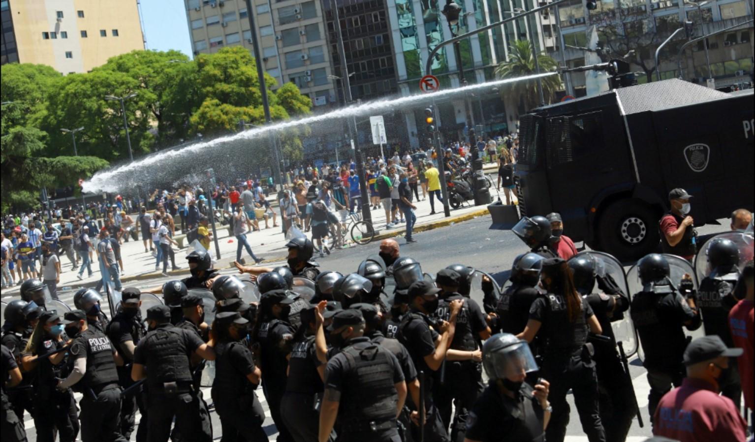 Fan làm loạn vì sốt ruột muốn vào viếng Maradona