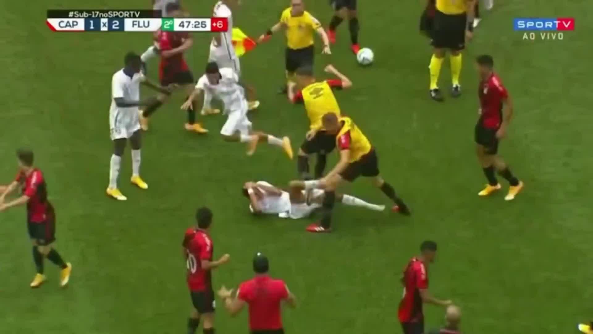 9 cầu thủ bị đuổi cùng lúc vì đánh nhau